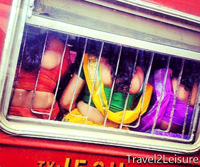 kolorowe sarees-on-the-train